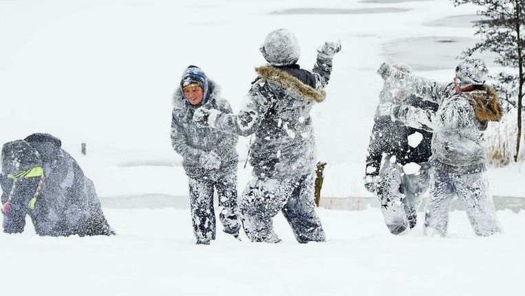 Kinderen genieten van witte natuur in Kinderdijk. Beeld ANP
