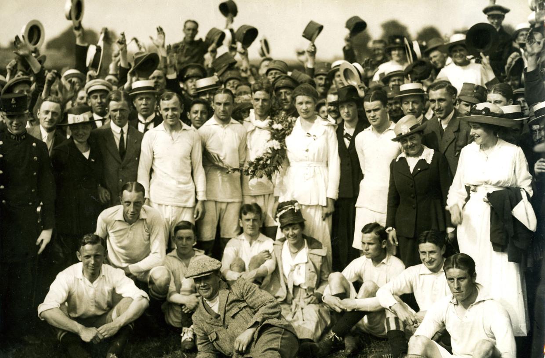In 1918 werd Ajax voor het eerst kampioen. Het feest wordt gevierd met de spelersvrouwen. De Spaanse griep begint dan net aan zijn opmars. Beeld Ajax Images