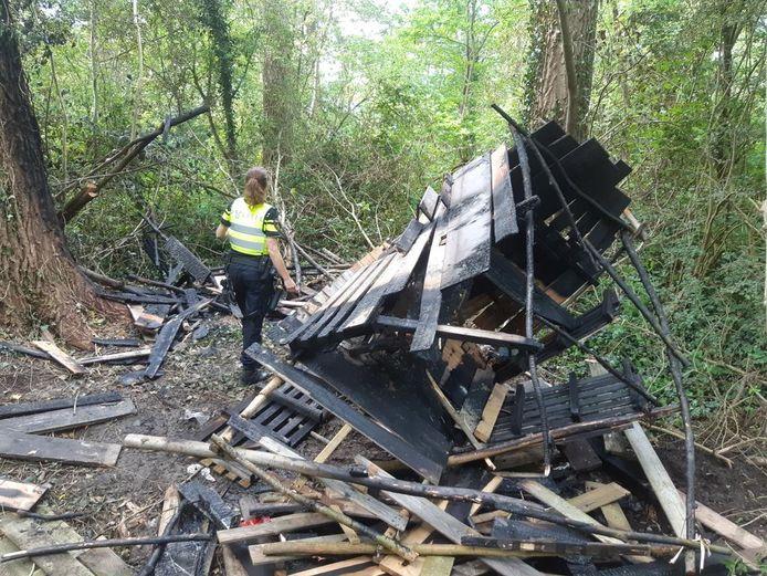 De restanten van de in brand gestoken hut.