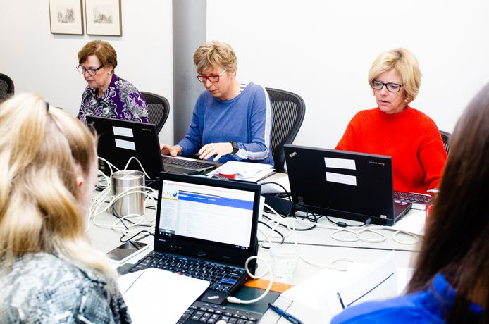 Stemmen tellen in het gemeentehuis in Oud-Beijerland, in 2019. Toen hoefde dat nog niet coronaproof te gebeuren.