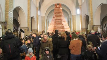 Een biscuittaart van 10 meter voor 12.000 mensen: Tom Waes en Griet (10) laten kerk vollopen voor KOTK