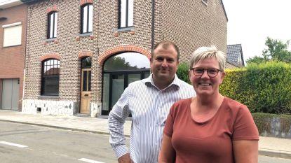"""Bier vloeit na 3 jaar en grote brand opnieuw uit tapkraan van café De Korenbloem: """"We gaan het dorp wat nieuw leven inblazen"""""""