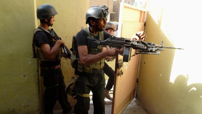 Een speciale eenheid van het Iraakse leger op patrouille in Ramadi, half juni. Beeld REUTERS