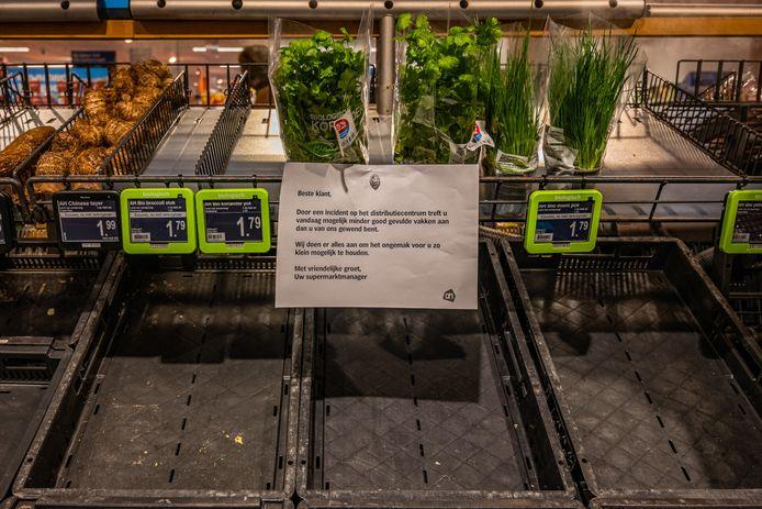 Lege bakken bij de groente en fruitafdeling van de Albert Heijn XL in Tilburg.