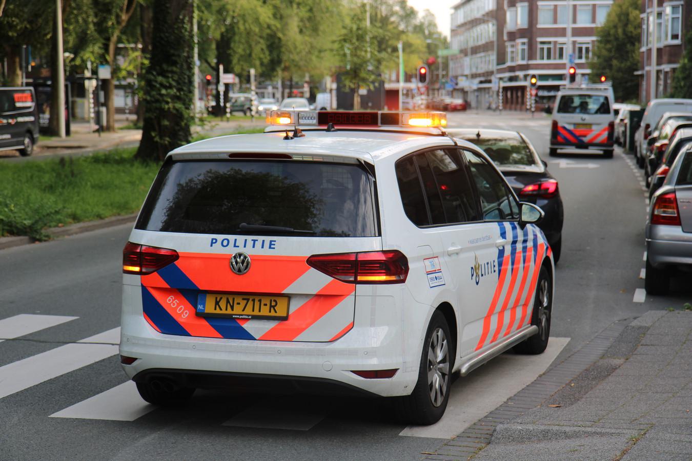 Agenten kregen zondagochtend een melding van mogelijk steekincident Den Haag Albardastraat. In een woning daar treffen zij een overleden persoon aan.