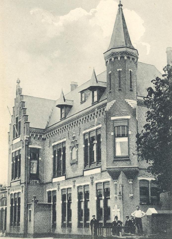 Ansichtkaart van het oude monumentale postkantoor van Oss uit 1904 dat werd gesloopt in 1972.