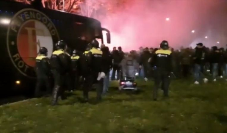 De onvrede van de fans van Feyenoord aan de spelersbus.