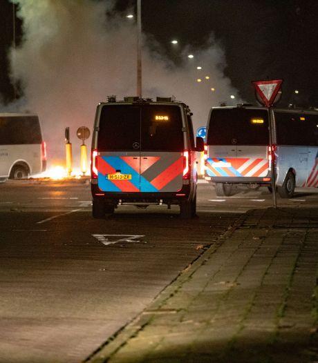 Tien aanhoudingen bij nieuwe ongeregeldheden op Urk: jongeren bekogelen ME met vuurwerk, flessen en stenen