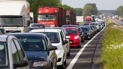 """Moeilijke ochtendspits in regio Gent door 3 ongevallen: """"Nu al 5 kilometer stilstaand verkeer richting Kortrijk"""""""