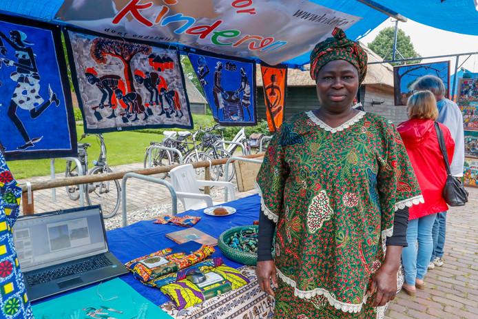 Tijdens de Goededoelendag in Vessem vertelde de Bergeijkse Blanche Slenders- Zoungrana bij haar kraam over de Vereniging Kans voor Kinderen Burkina Faso.