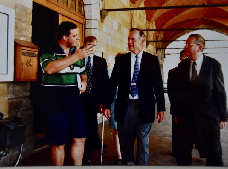 Onze journalist Hans Verbeke in bermuda en polo bij de ex-president van de Verenigde Staten: George Bush sr maakte er geen probleem van.