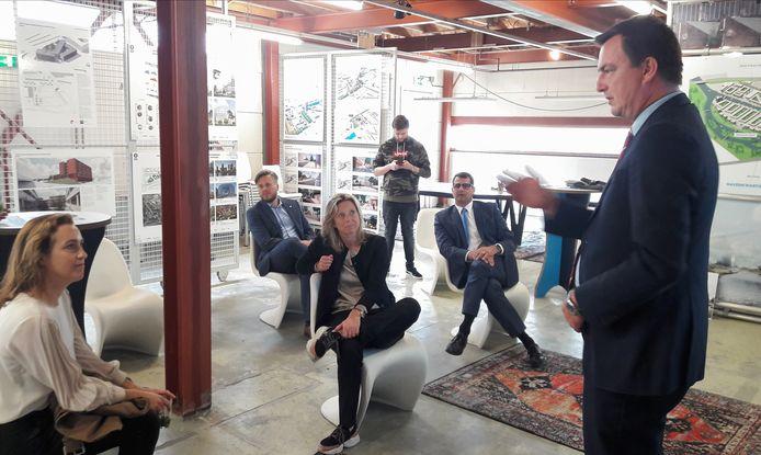 Minister Kajsa Ollongren (midden) wordt in Electron bijgepraat door wethouder Paul de Beer (Stedelijke Ontwikkeling, D66) over de ontwikkelingen in het Havenkwartier.