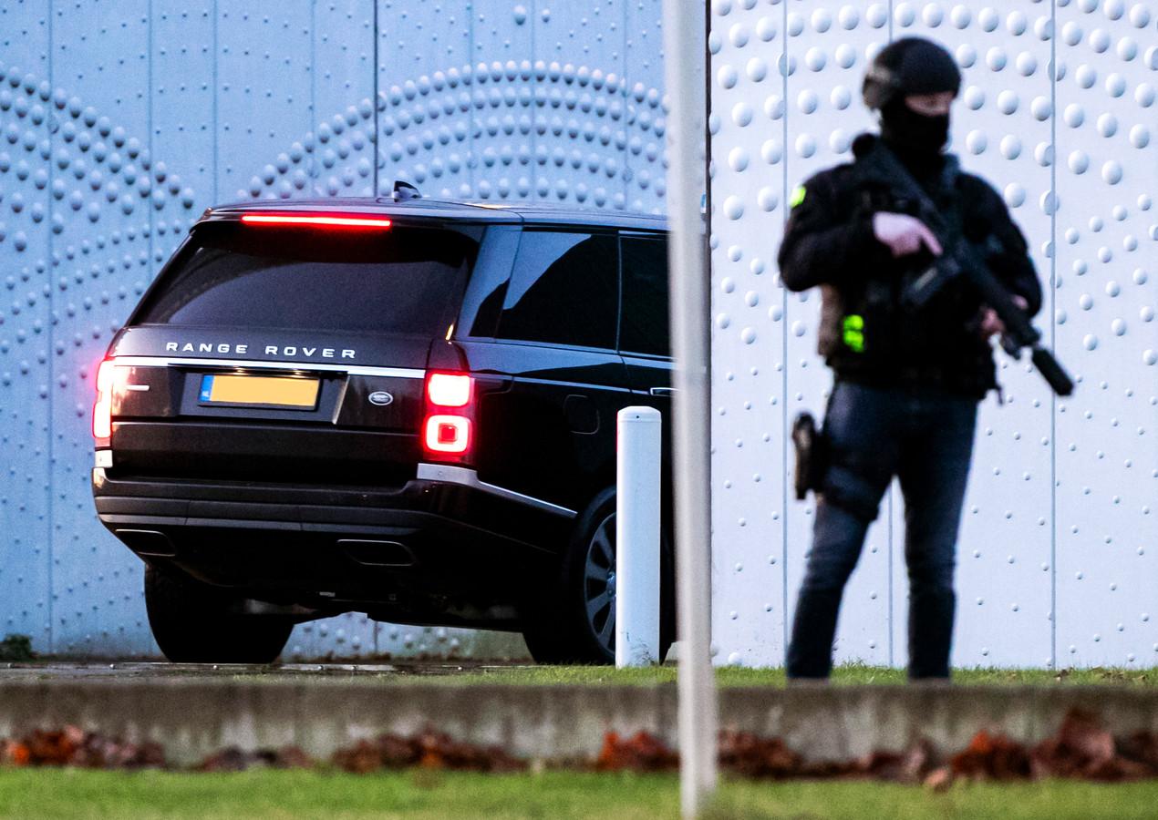 Een beveiligde auto komt aan bij de extra beveiligde rechtbank op Schiphol voor een zitting in het grote liquidatieproces Marengo. Zestien verdachten staan in deze zaak terecht.