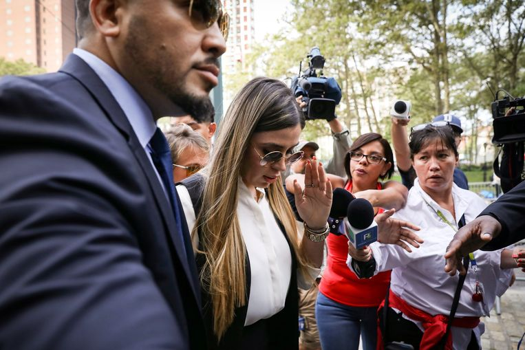 Emma Coronel Aispuro, mevrouw Guzman, arriveert bij de rechtszaal.  Beeld REUTERS