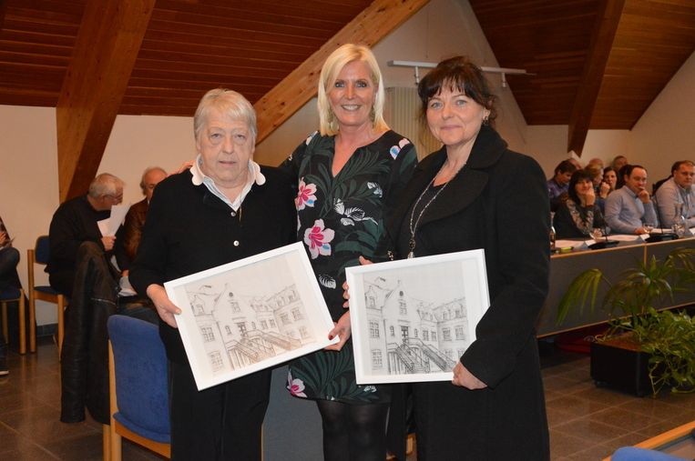 Eregemeenteraadsleden Jeannine Schotte en Astrid De Winnen met burgemeester Veerle Baeyens.