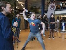 UT-studenten strijden voor plekje op WK Papieren Vliegtuigjes gooien