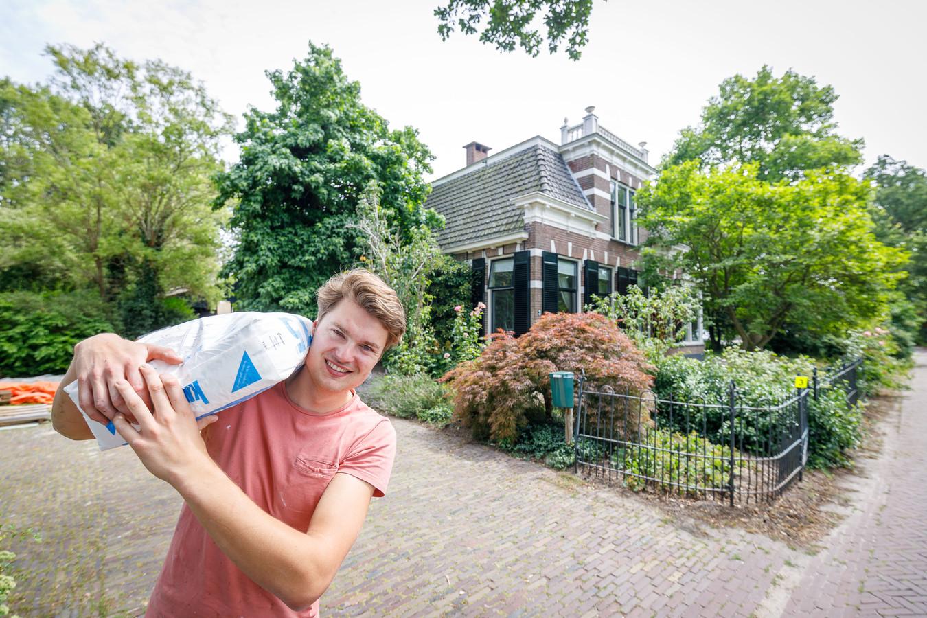 In Kolderveen wordt een monumentale boerderij, de voormalige huisartsenpraktijk, verbouwd tot studentenhuis. Ruben Hoekema is er maar druk mee.