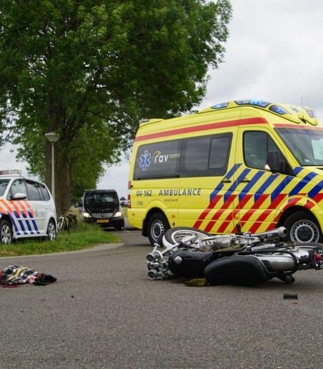 Motor botst op auto in Nieuwleusen