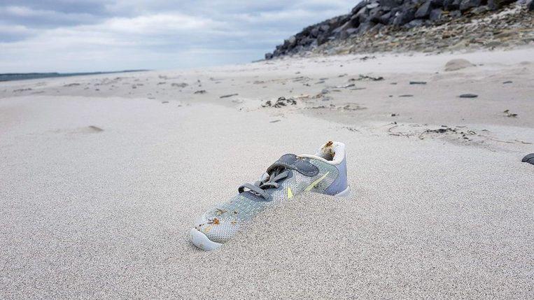 Een sportschoen van Nike is aangespoeld op een Iers strand.