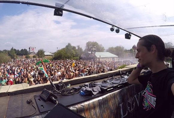 Yannick Thiry live aan het werk op Tomorrowland.
