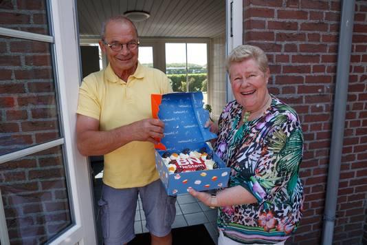 Een taart voor de winnaars van de BN DeStem Thuisblijfquiz. In beeld familie Van Beek uit Breda.