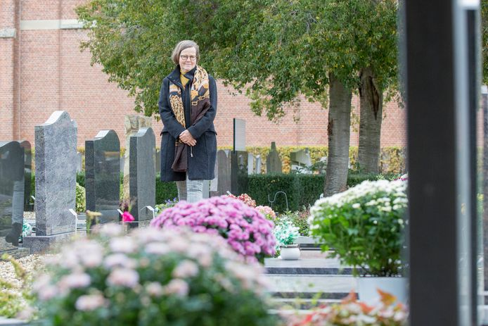 Alida van Veldhoven op de begraafplaats in Kwadendamme.