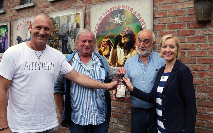 Patrick Goots van Sterkstokers , Kris Eelen en Theo Verdonck van Reggae Geel en burgemeester Vera Celis.