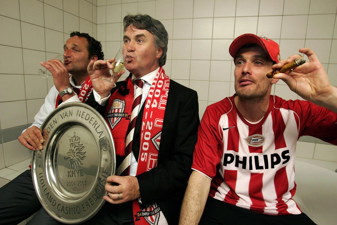 Hiddink met Rene Eijkelkamp en Gerald Sibon na de titel van PSV in 2005.