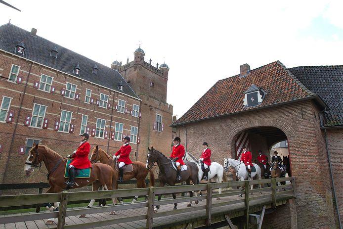 Een slipjacht bij kasteel Huis Bergh. Het kasteel is één van de grote toeristische trekpleisters van Montferland.