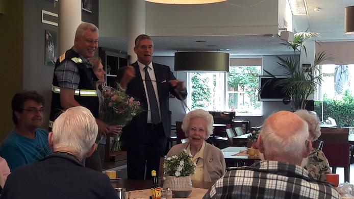 Burgemeester Frits Naafs spreekt de medewerkers van Beatrix en de hulpverleners toe.