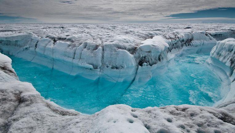 Smeltwater stroomt van een ijskap in Groenland, 2012. Beeld null