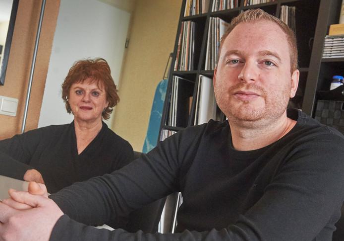 Tommy van Hal uit Oss heeft de ziekte van Lyme. Zondag is er een benefietconcert voor hem in café Rebel. Links zijn moeder Liesbeth.  FOTO: Jeroen Appels/Van Assendelft