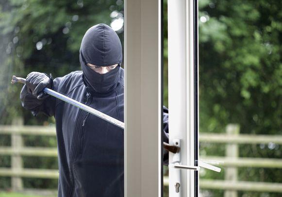 De inbrekers drongen de woning langs de achterzijde binnen. (illustratiebeeld)