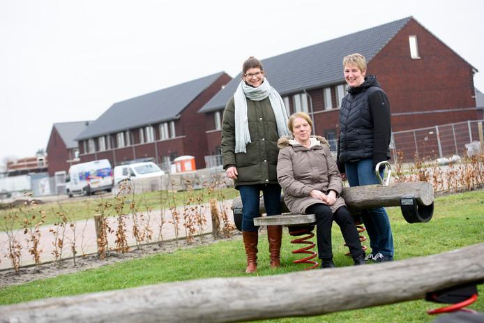 OOSTELBEERS - Karin Kruithof, Ria van Gerven en Maartje Senders voor de nieuwbouwwoningen van de wijk Haagakkers in Oostelbeers.