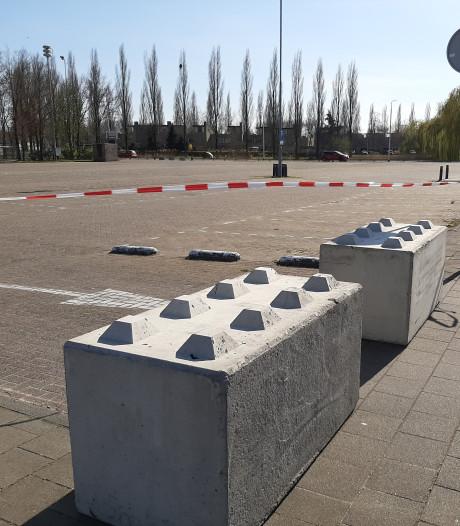 Corona-maatregel Tilburg: betonblokken weren  'auto-hangjeugd' van parkeerplaatsen