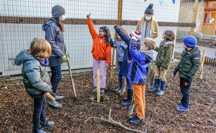 Dankzij de kinderen, en met hulp van  Regionaal Landschap, wordt de steinerschool Koningsdale een  heel stuk groener.