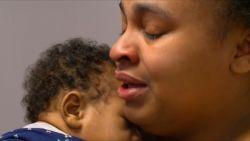 Straffe beelden: agent vangt drie kinderen vanuit brandend huis