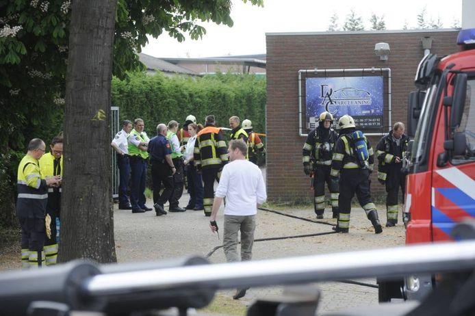Hulpverleners aan het werk na de vondst van de lijken in het drugslab in Uden. Foto: Jeroen Appels/Van Assendelft