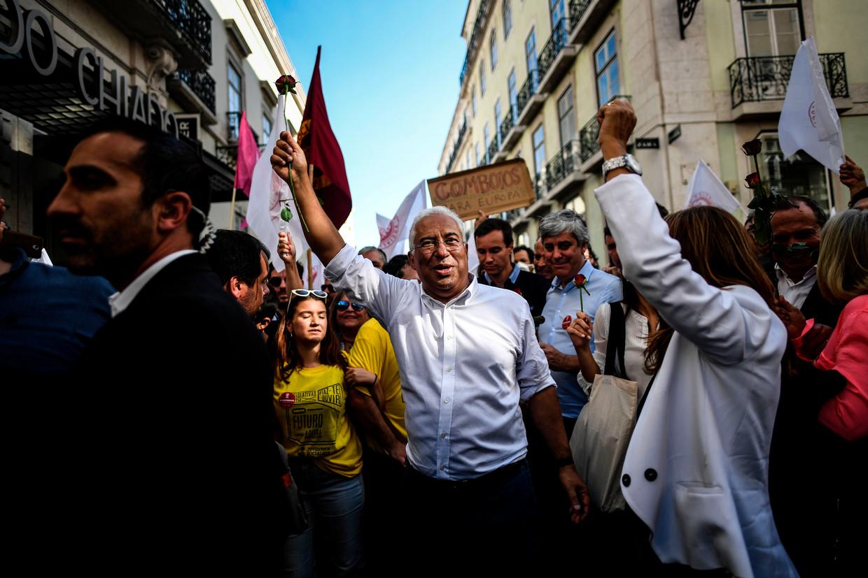 Premier Costa verdeelt zijn tijd tussen regeren en campagne voeren.  Beeld AFP