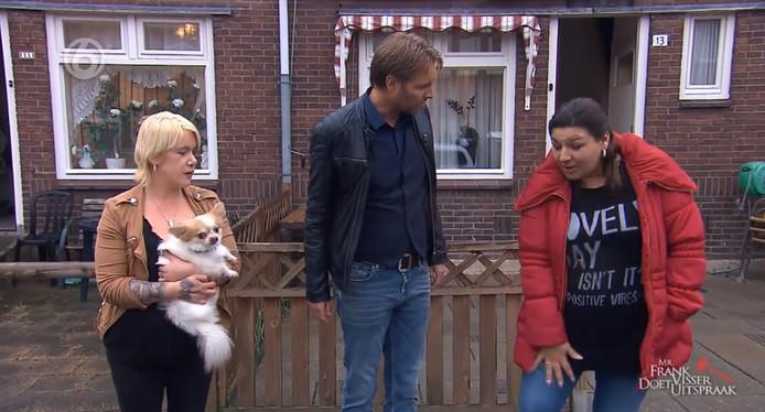Ilona (links) en Aydina (rechts) met presentator Viktor Brand.