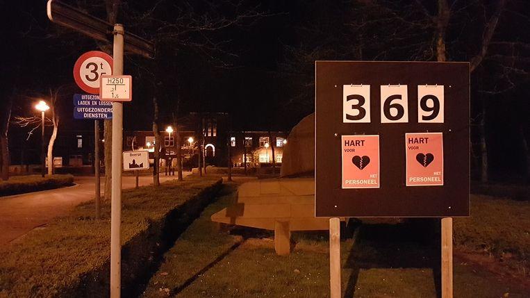 Het personeel plaatste zelf dit bord voor het gemeentehuis.