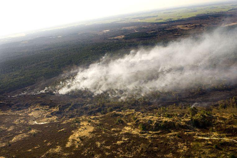 De duinbrand op donderdagochtend vanuit de lucht gezien bij het Noord-Hollandse Bergen. (ANP) Beeld