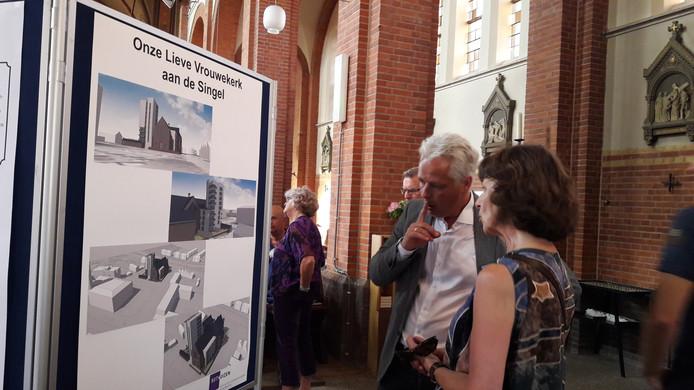 Projectontwikkelaar Martin Dekker laat zien welke appartementen aan en in de kerk komen.