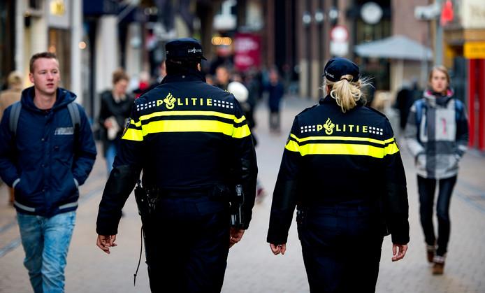Politieagenten in operationeel uniform op straat