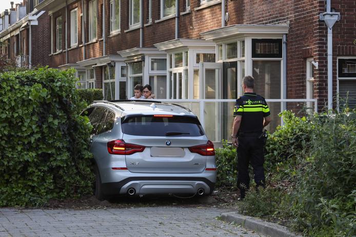 De bestuurder zag een rotonde over het hoofd en kwam uiteindelijk tot stilstand in de voortuin van een woning.