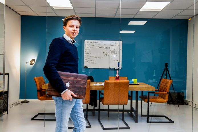 Roderick van Empel begon op z'n 18de een onderneming. Hij leek succesvol, maar gaf veel meer uit dan er binnenkwam en nu is z'n bedrijf failliet.