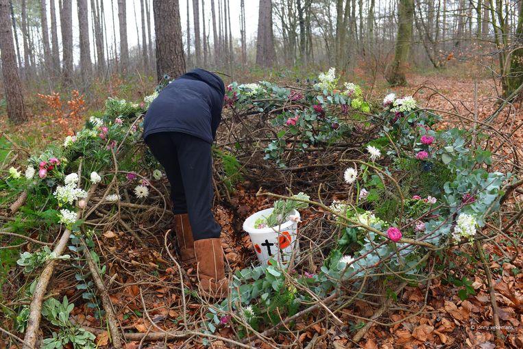 Jonny Vekemans en vrijwilligers zijn ook bezig een bloemenkrans voor het bos te maken.