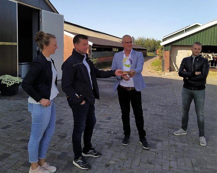 Het duurzaamheidscompliment werd zaterdag uitgereikt aan De Morshoeve in Enter. Van linksaf: Judith en Herbert Stamsnijder van de Morshoeve, wethouder Richard Kortenhoeven en SDEWE-bestuurder Tonnie Kroeze.