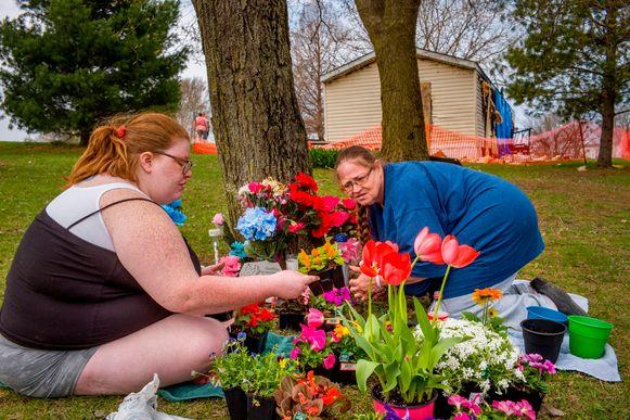 Katie Alwood met haar moeder Lori Alwood in Goodfield, waar vijf familieleden omkwamen in een brand die zoontje Kyle had aangestoken.