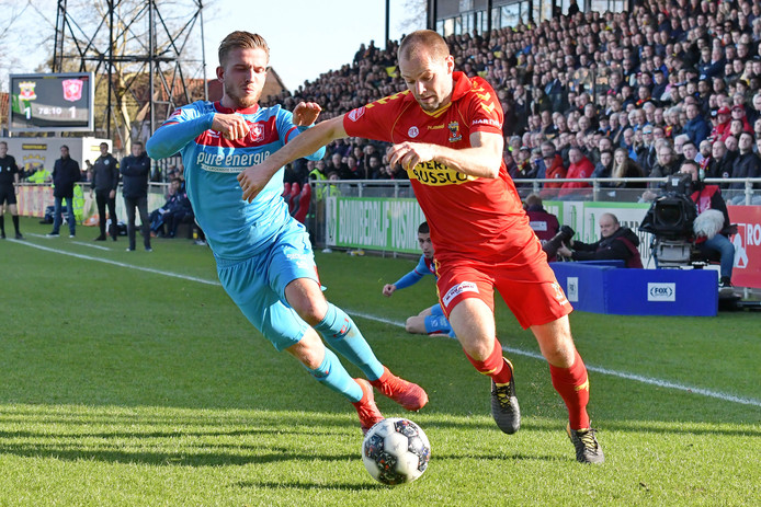 Istvan Bakx namens Go Ahead Eagles in actie tegen FC Twente.